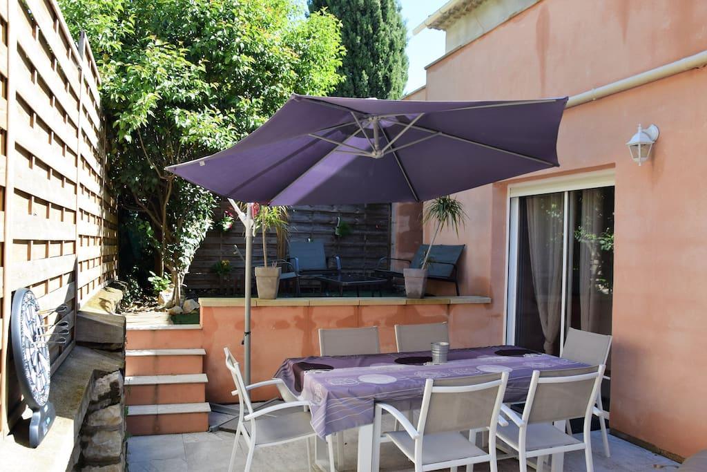 La terrasse, avec coin détente, table à manger 6 personnes, et un jacuzzi pour 4,5 personnes...