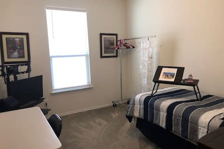 Cute home in Manor, TX - North Room