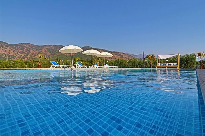 Köyceğiz'de 8 Kişilik Özel Büyük Havuzlu Villa