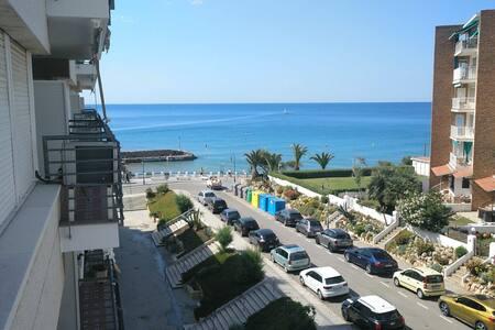 Apartamento a 50m de playa con vistas al mar