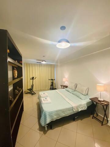 Quarto com cama extra grande,  roupas de cama premium, ar condicionado, cortina BlackOut, bicicleta ergométrica e step.