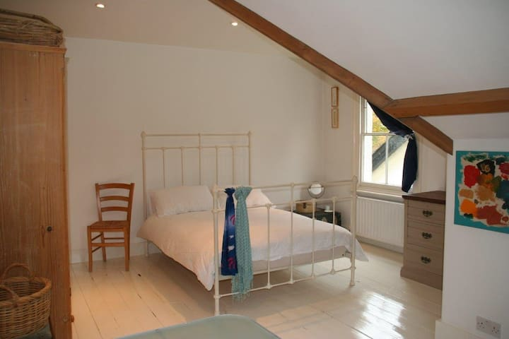 South West London Loft Apartment - Weybridge - Apartment