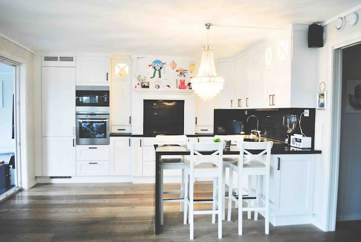 Nytt kjøkken med det meste av tilbehør — gjennomgående høy kvalitet og i topp stand.
