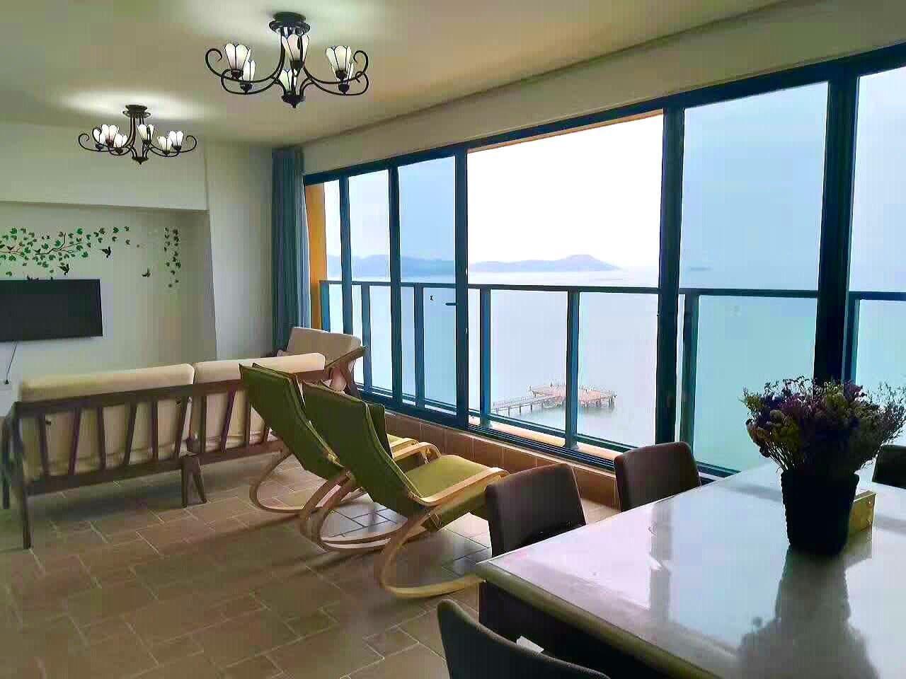 客厅有一面8米长落地窗直面大海,可以坐在客厅里欣赏海上日出、日落、朝霞、晚霞、渔船,看潮起潮落。