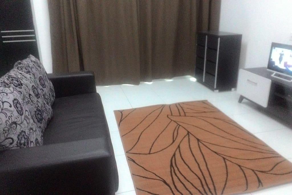 Ruang tamu lengkap dengan tv berserta Astro