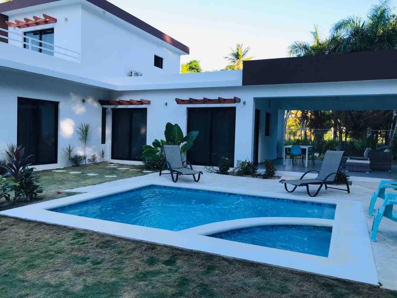 Esta es la parte trasera de la casa donde esta la piscina