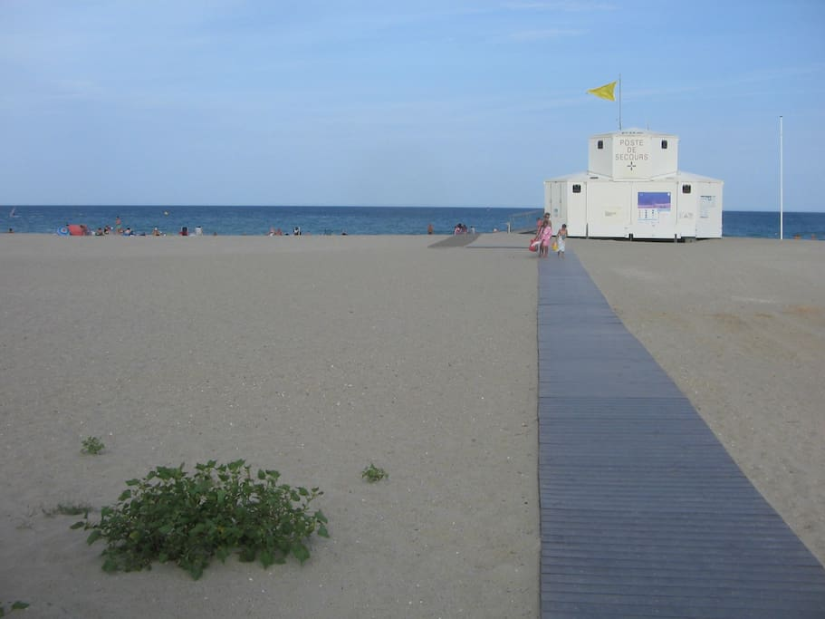 la plage se situe a 200m votre vehicule restera sur le parking prive