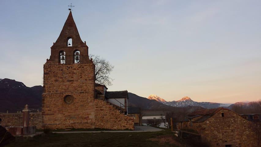 Puesta de sol con la iglesia y Peña Ubiña al fodo.