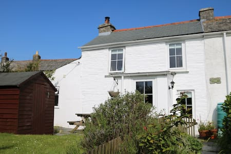 Rustic Cottage with views across to the moors - Delabole - Apartment