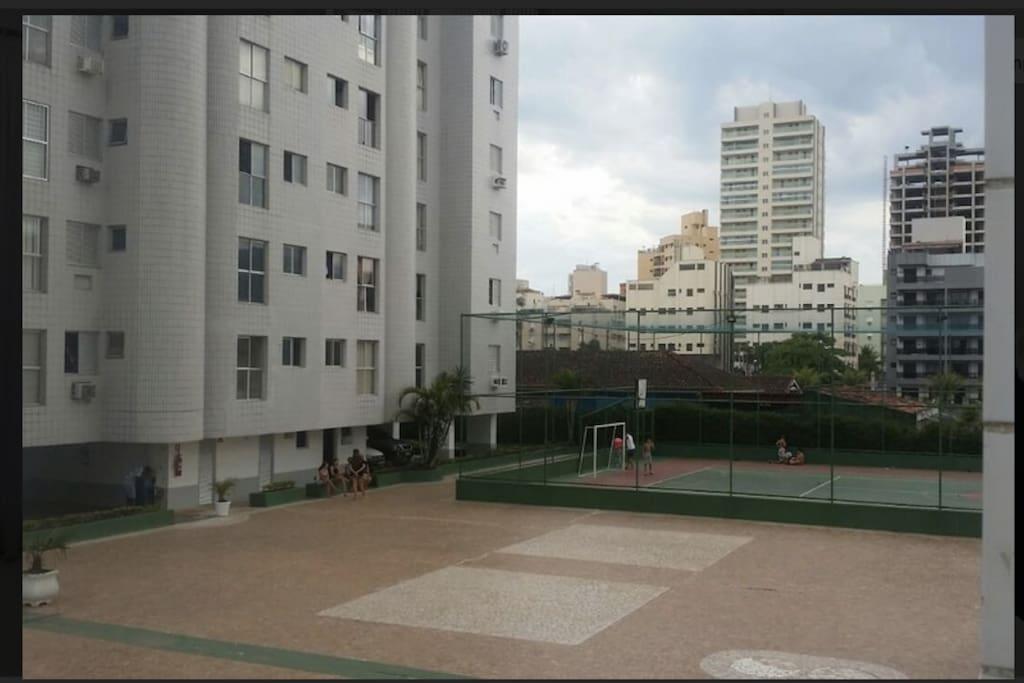 Um dos prédios e quadra poliesportiva