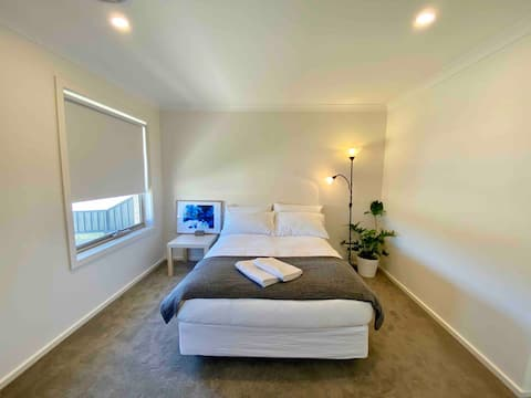 Master bedroom /w ensuite, close to all amenities