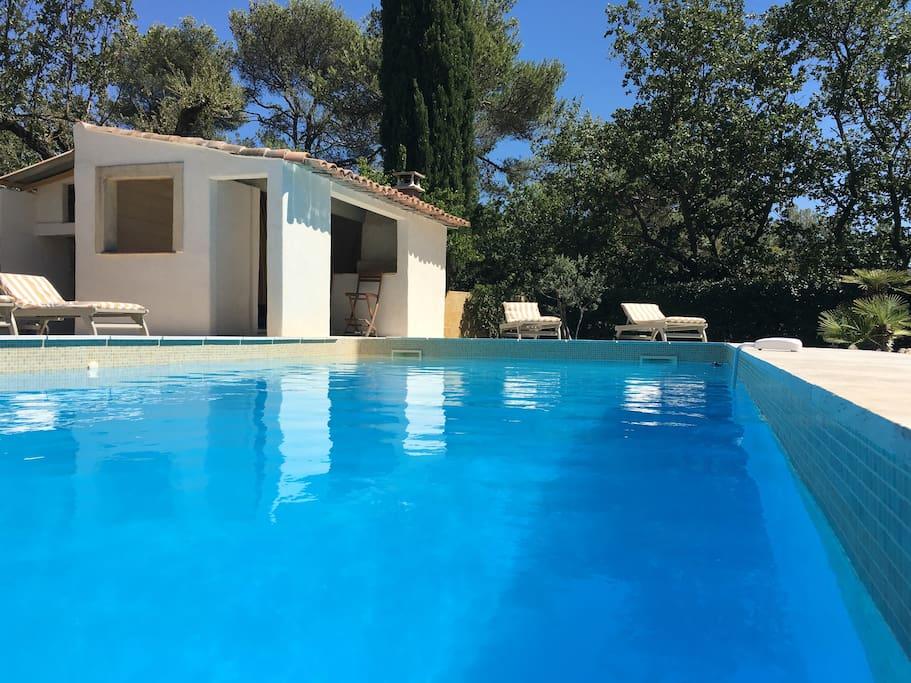 grande piscine 5*12 de 1M50 à 2M80 pool house et grande plage