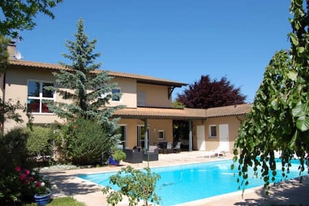 Suite indépendante-terrasse privée- piscine - Charnay-lès-Mâcon - House
