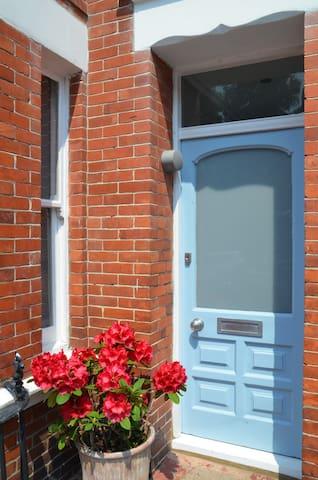 Big double bedroom in cosy family house - Brighton - Haus