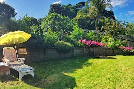 cosy house & nice garden,  shops & main bus route - Auckland