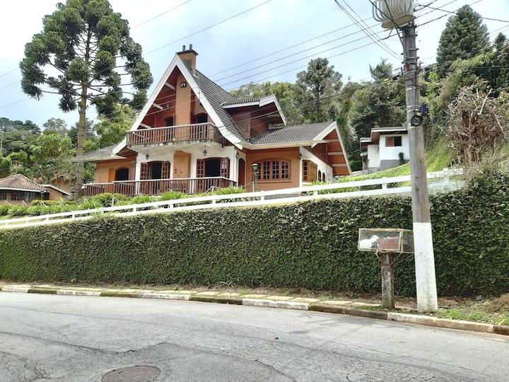 Casa em Campos do Jordão, bairro Alto do Capivari.