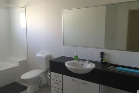 Bright and beautiful townhouse (double room) - Eight Mile Plains