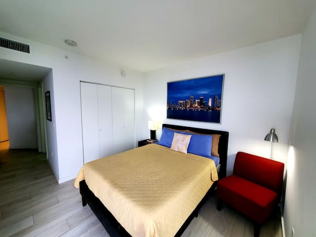 QUEEN DELUXE MASTER-BEDROOM IN BRICKELL