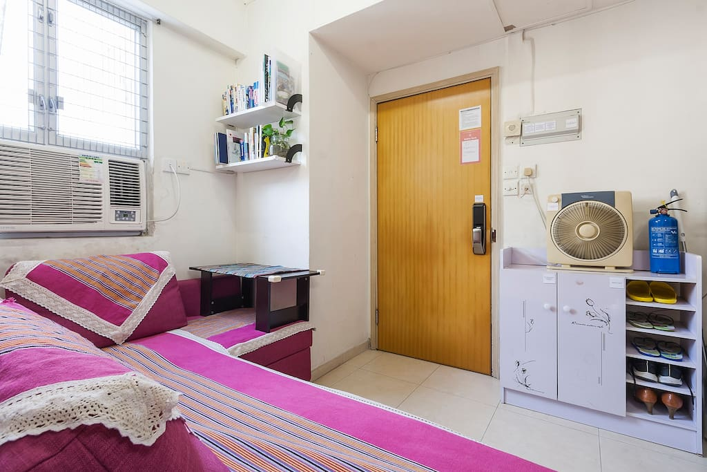 The living is the common area that is shared with guests and host. In case of some big piece of luggage, guests can keep them in the living area. 起居室是住客及房東共用的,萬一行李箱太大,也可以存放在這裡。