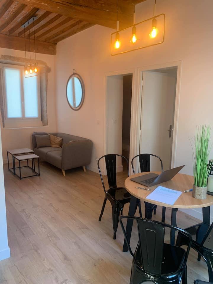 Chambre cosy et design avec TV - 200m Metro Cuire
