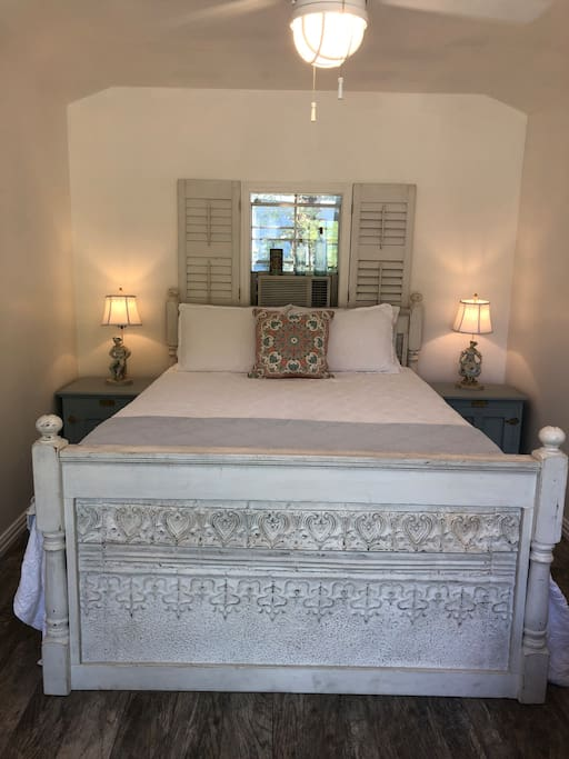 Guesthouse with queen size bed and Tempur-Pedic mattress.  High quality linens and soft fluffy pillows.