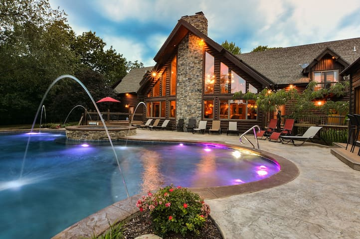 Private Luxury Lakefront Lodge-Hot Tub~HUGE Pool~Theater~Close to Branson