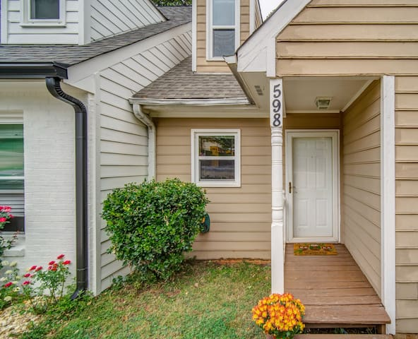 Spacious Townhouse in Historic Marietta Square