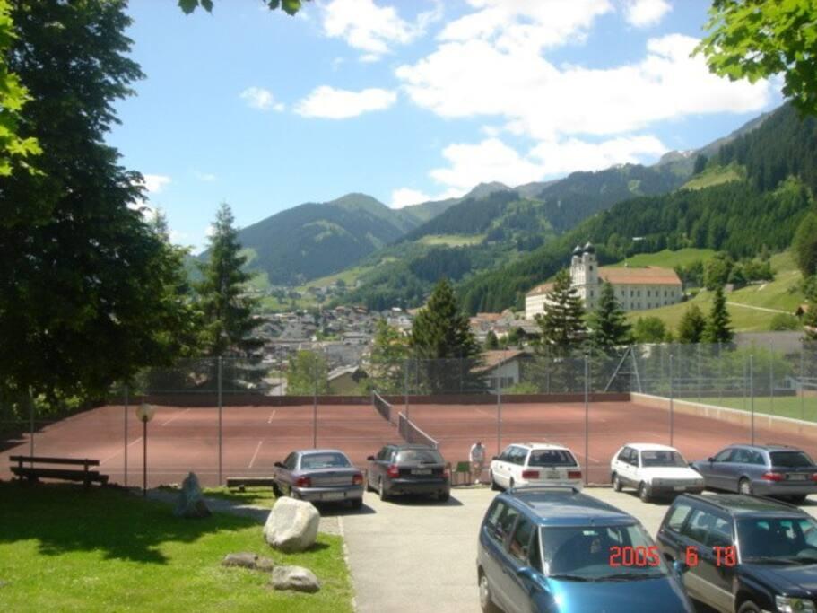 Tennisplatz mit Parkplatz