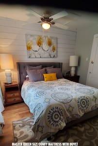 Renovated 2 bedroom 2 level semi w/mini kitchen