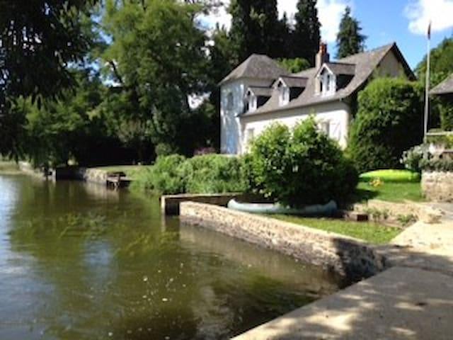 Petite maison de charme en bord de rivière - Ménil - Casa
