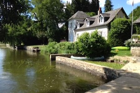 Petite maison de charme en bord de rivière - Ménil - Rumah