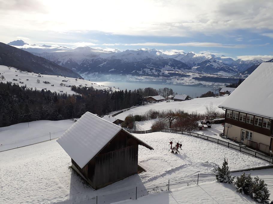 Herrliche Aussicht auf die frisch verschneiten Alpen