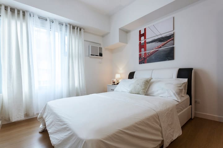Stylish penthouse at 8Adriatico3 +Netflix+pool+gym