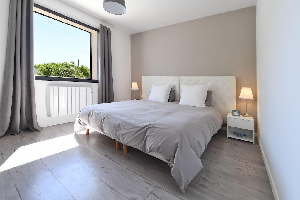 Une chambre au calme avec un confortable lit Queen size (180x200)