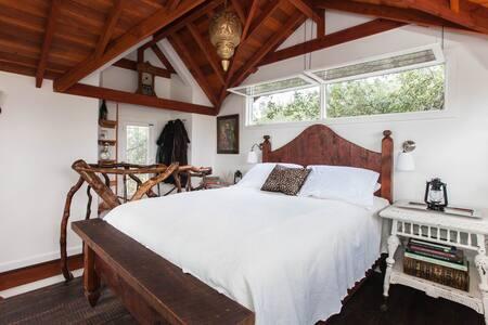 Romantic Rustic Off-Grid Treehouse - Escondido