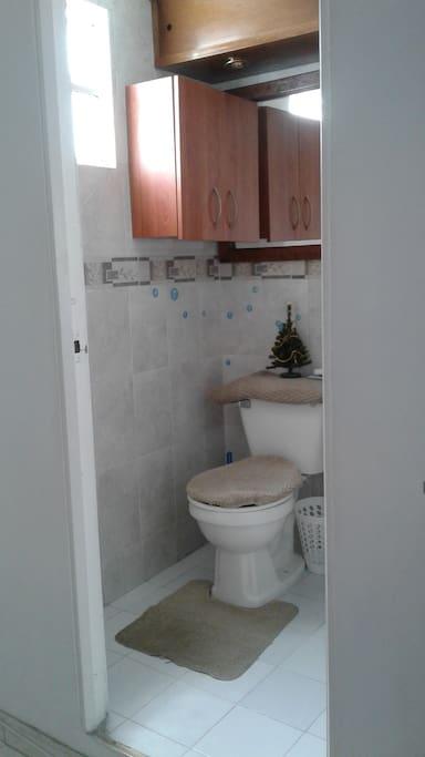 El baño  amplio y completo como muy buena luz