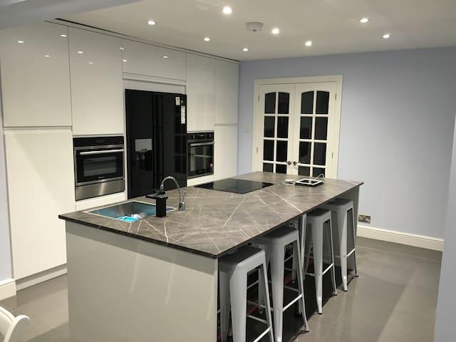 Modern room - Sedbury - House