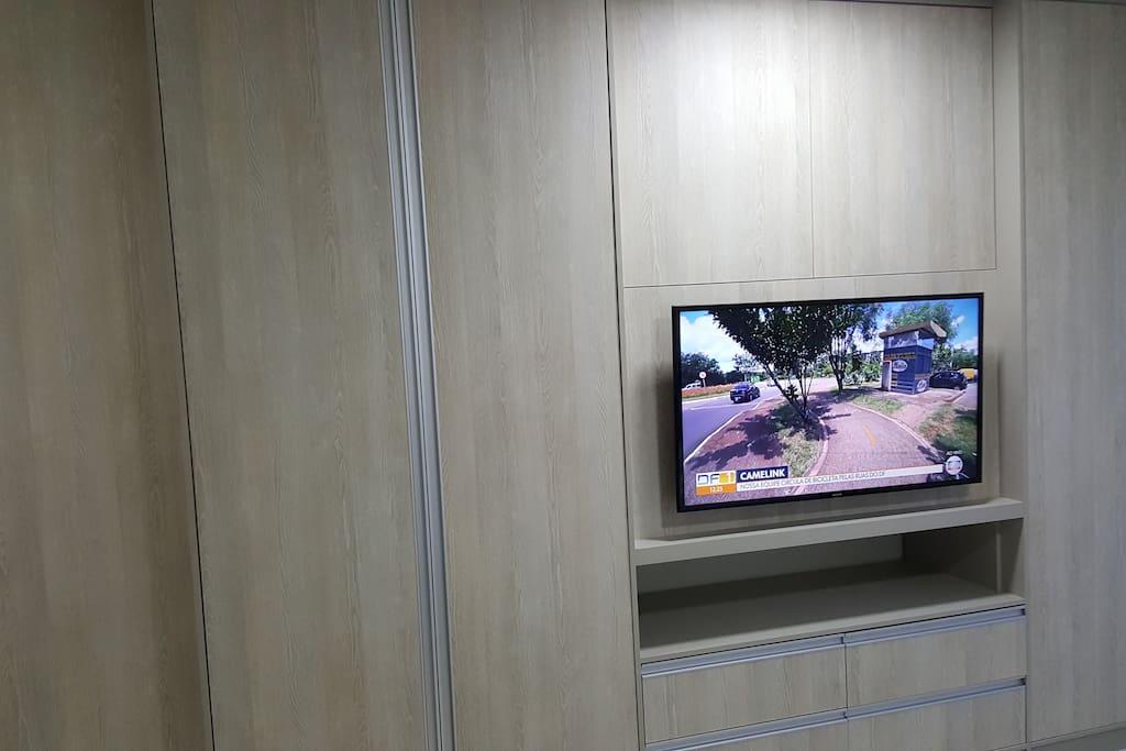 """TV LED 43"""" e armários com maleiro"""