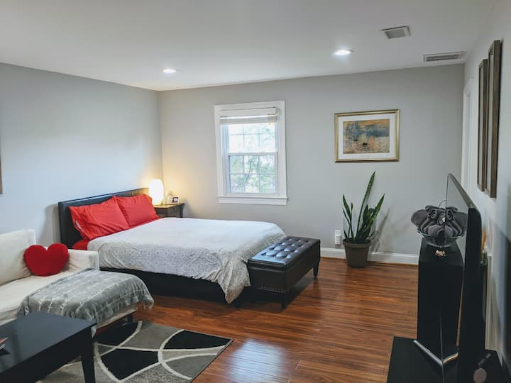Private & NEW studio near DC with secure parking!!