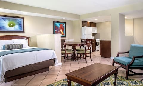 ✦✦PERFECT LITTLE GETAWAY IN OUR STUDIO SUITE✦✦ Full Kitchen ✦ Beach ✦ Pool ✦ Mini Golf and MORE!