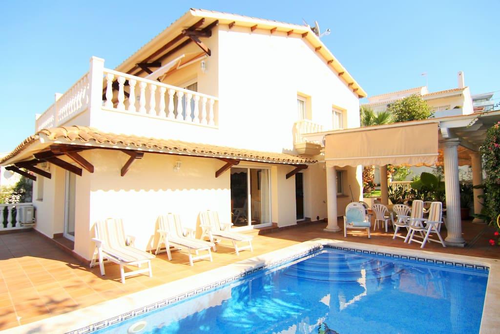 Villa con piscina privada y jardín