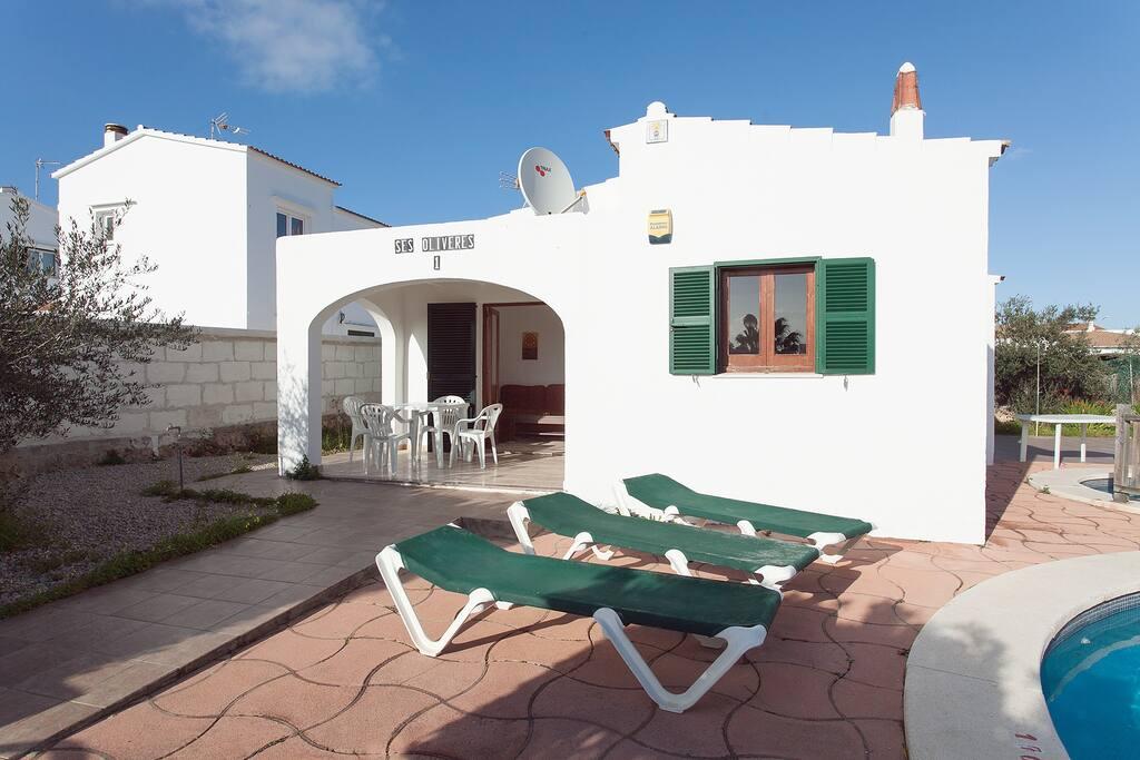 Chalet 1, cada chalet tiene hamacas asignadas.  Villa 1. Each villa have sunbeds assigned.