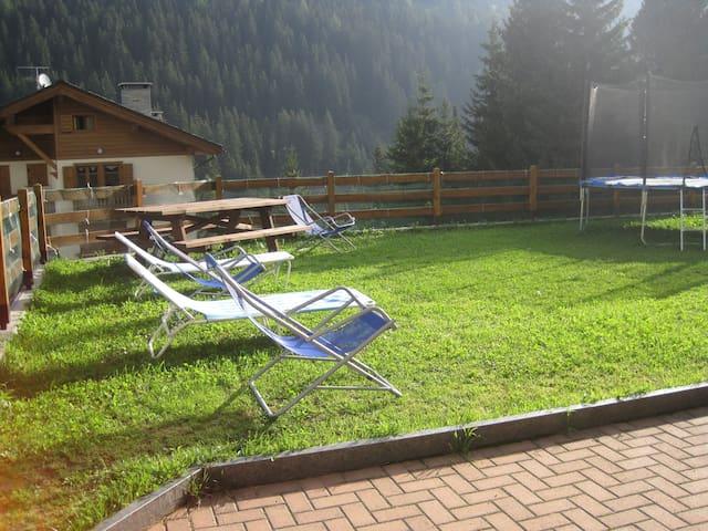 Terrazzo/solarium con sdraio, lettini e tavolo in legno
