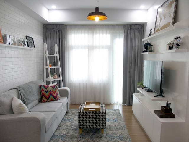 PROMO Excellent Location! Cozy 1-BR with Parking - Taguig