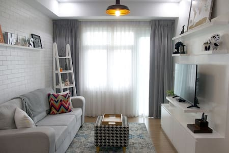 PROMO Excellent Location! Cozy 1-BR with Parking - Taguig - Osakehuoneisto