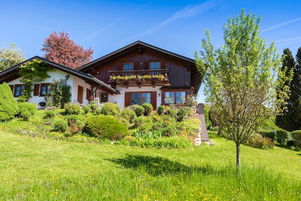 Blick auf das Ferienhaus vom Garten (Wohnung 'Wendelsteinblick' ist im Obergeschoss)