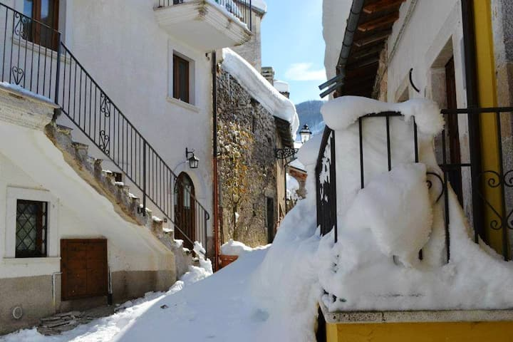 House with 2 bedrooms in Rocca Pia, with wonderful mountain view - 18 km from the slopes