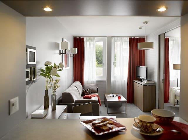 Apartment - Blick in den Wohnbereich, Blick auf Strasse
