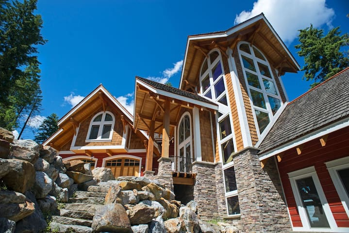 Caribou Lodge   Breathtaking Lakefront Lodge with Large Private Beach