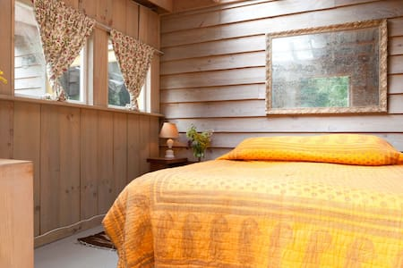 Room type: Private room Property type: Cabin Accommodates: 2 Bedrooms: 1 Bathrooms: 0